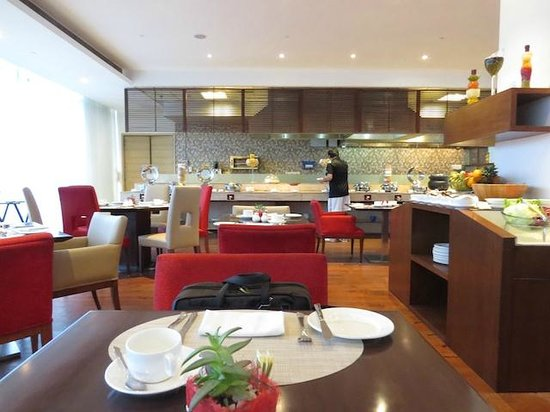 Four Points by Sheraton New Delhi, Airport Highway: Restauran, another view