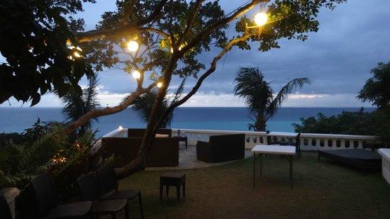 Argonauta Boracay: Terrace by night