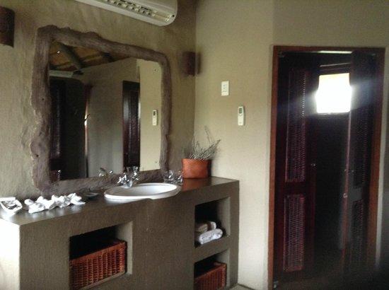 Hlosi Game Lodge: Bathroom--lovely.
