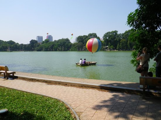 "Lake of the Restored Sword (Hoan Kiem Lake): ""мы на лодочке катались"""