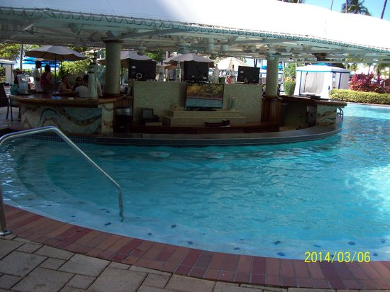 InterContinental San Juan: So COOL to have a pool bar... but too far from the 15 person jacuzzi