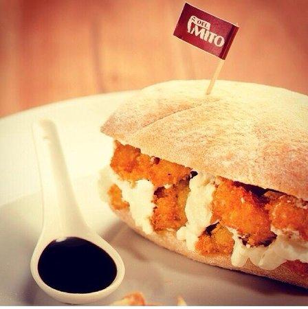 Del Mito Bocadillos : Sanduíche 15, o mais saído da casa! Camarão crocante com cream cheese e molho teriake.