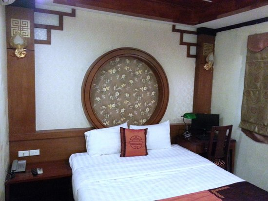Hanoi Symphony Hotel: Typical room. this one has doors to a balcony overlooking Hang Hom St