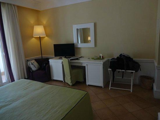 Hotel della Piccola Marina: Quarto muito confortável! Quarto Deluxe com cama de casal, varanda e vista para o mar.