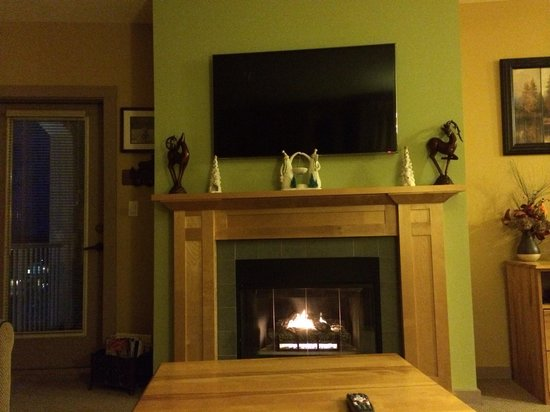Stratton Mountain Resort: Our favorite feature of the room - fireplace to warm our cold bones after skiing
