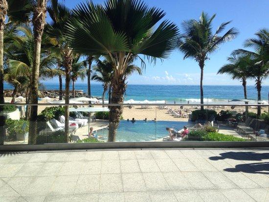 La Concha Renaissance San Juan Resort : Walking out to the beach