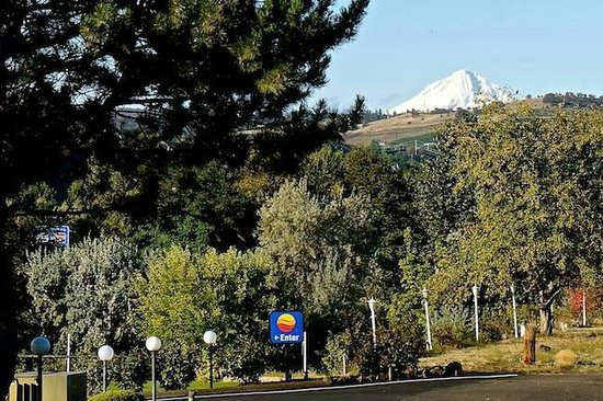 Comfort Inn Columbia Gorge: Mount Hood Seen from Parking Lot; Quiet & Peaceful Setting