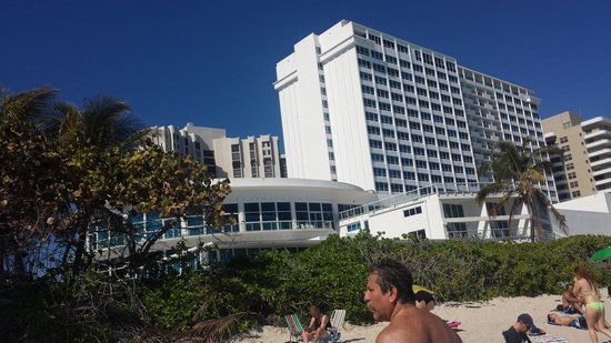 New Point Miami Beach Apartments : Hotel visto da praia privada