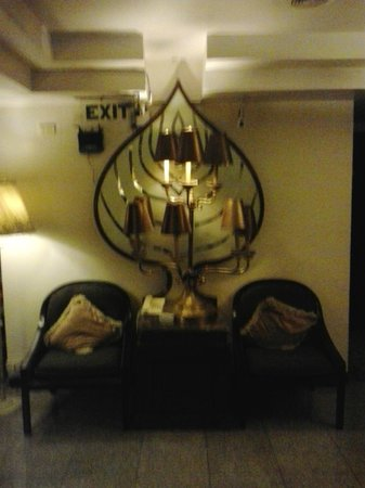Diamond City Hotel: Nice decor in halls and rooms