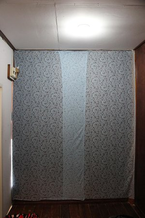 Ao Nang Friendly Bungalow: Thin wall paper covering cracks