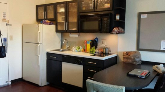Candlewood Suites - Hampton: Kitchen area