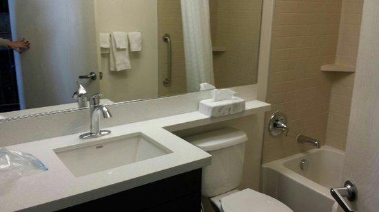 Candlewood Suites - Hampton: Bathroom