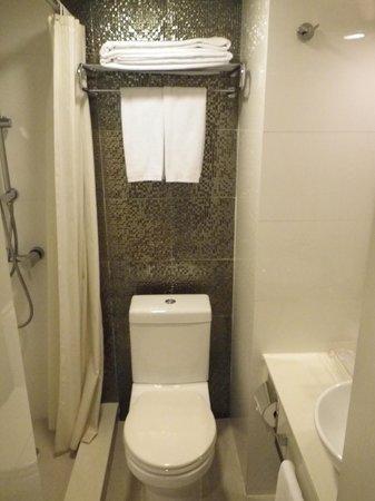 Silka Seaview Hotel: компактный санузел - ничего лишнего, особенно места :)