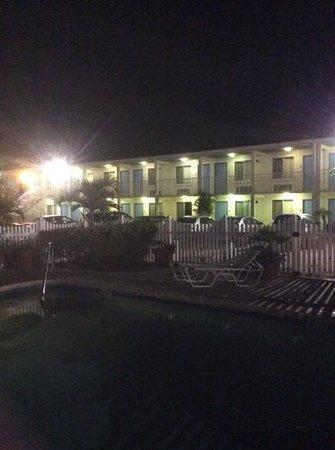 Americas Best Value Inn-Bradenton/Sarasota: Well lit. Carefully manicured plants. Clean.