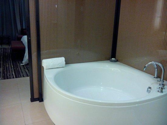 Mission Hills Resort Haikou: 我最喜歡房間裡的超級大浴缸(可一邊看電視一邊泡)