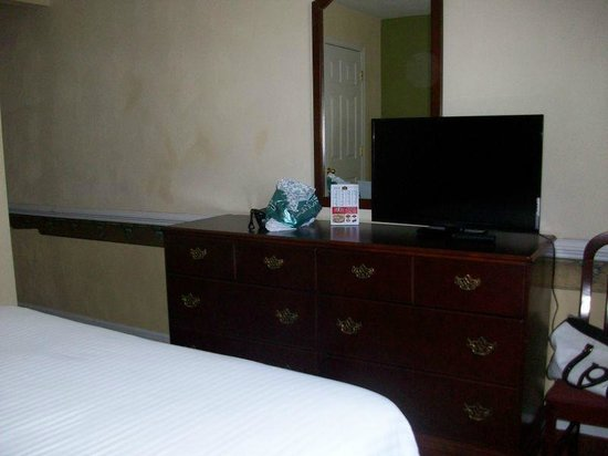Luxbury Inn & Suites: TV in bedroom