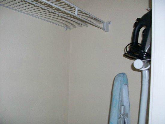 Luxbury Inn & Suites: bedroom closet