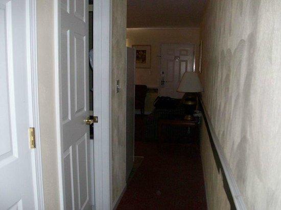 Luxbury Inn & Suites: Looking to front door from bedroom