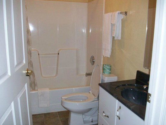Luxbury Inn & Suites: bathroom