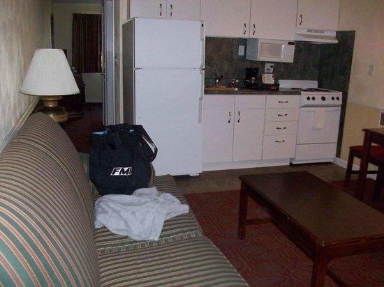 Luxbury Inn & Suites: looking toward back of room from door