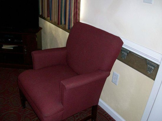 Luxbury Inn & Suites: Extra upholstered chair in living room