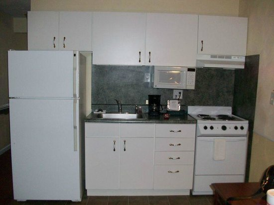 Luxbury Inn & Suites: Full Kitchen