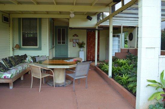 Kuau Inn: Entry way- nice outdoor sitting area