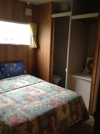 Henty Bay Beachfront Holiday Park: Bedroom in budget cabin