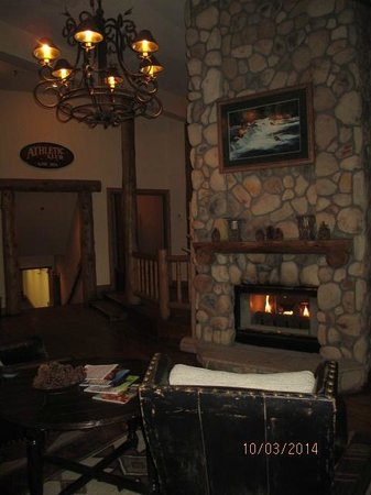 The Lodge at Breckenridge: Fireplace in Lobby