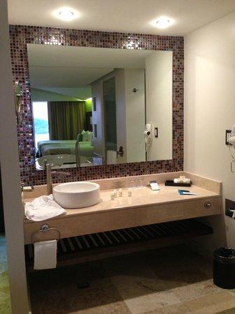 Azul Ixtapa Grand Spa & Convention Center: vanity mirror and wash basin