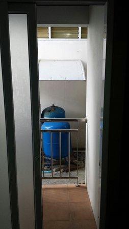 Samui First House Resort: Porte fenetre du rdc qui ne se ferme pas a clef..et vis a vis sur cour