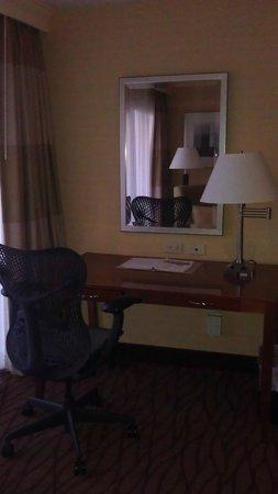 Hilton Garden Inn Monterey: Desk
