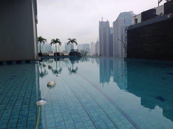 HARRIS Suites FX Sudirman: Swimming pool