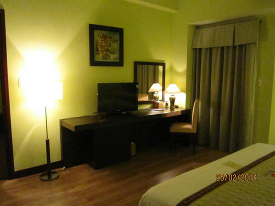 Park View Hue Hotel: Bedroom with TV