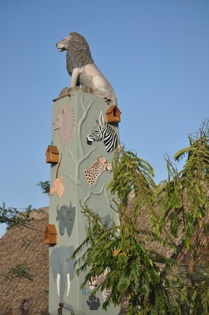 AA Lodge Amboseli: Скульптурнрое сооружение на территории отеля.