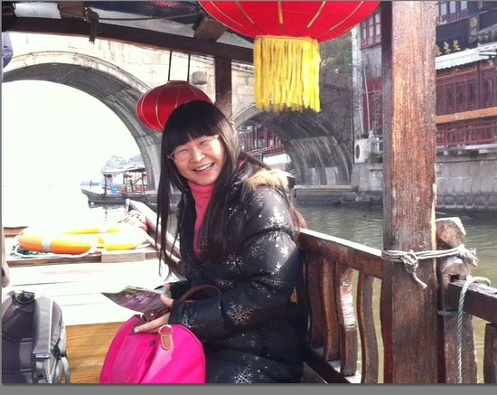 Miki Tours: Lisa took us on a boat in Zhujiajiao water village