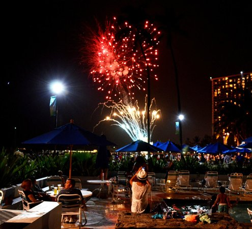 Hale Koa Hotel : View of Hilton's Friday Night Fireworks from Ilima pool area