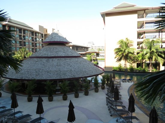 Novotel Phuket Vintage Park : the pool and the pool bar as seen from our room