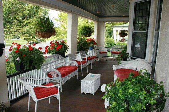Asbury Park Inn: Wrap-around front porch with ocean breezes