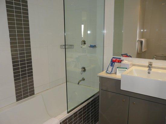 Meriton Suites Kent Street, Sydney: Salle de bains avec baignoire