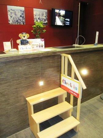Hilton Köln: Для детей на reception есть даже лесенка