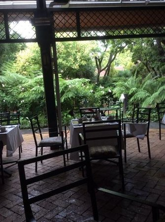 Protea Hotel by Marriott Johannesburg Balalaika Sandton: nice garden restaurant.