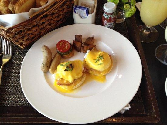 Capella Singapore: Eggs Benedict for breakfast