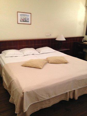Taanilinna Hotell: большая кровать