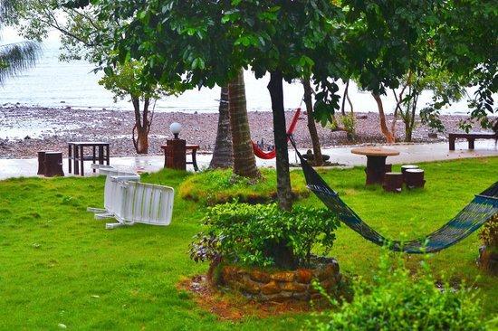 Bailan Beach Resort: территория отеля, погода была дождливой