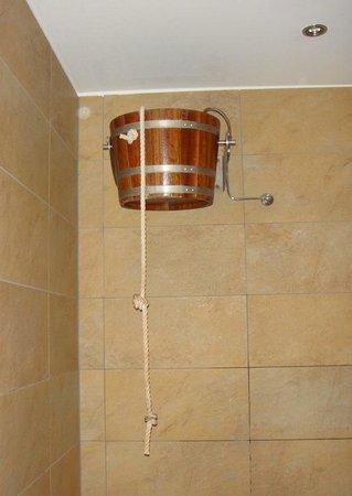 n Apartments Hotel: douche rustique eau glaciale après sauna