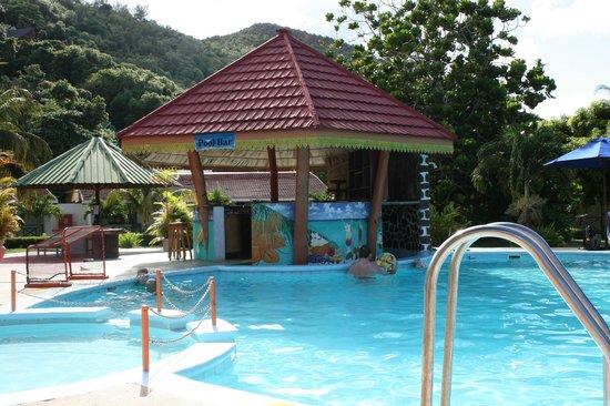 Berjaya Praslin Resort - Seychelles: bar de la piscine