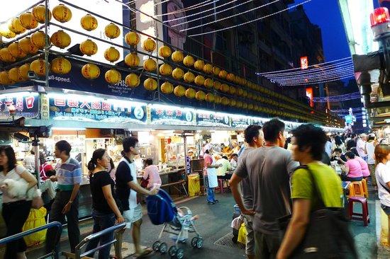 Keelung Miaokou Night Market: 假日都是人山人海樣