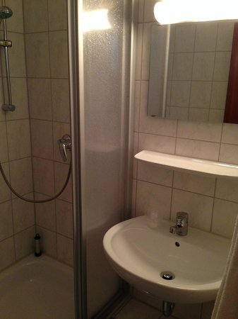 Frederics Serviced Apartments: Shower
