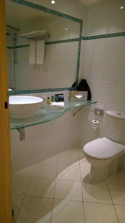 Hilton Paris Orly Airport: Clean bathroom